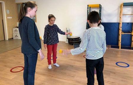 Des enfants jonglent avec des balles et développent leur attention et leur concentration