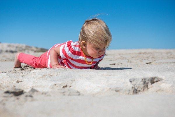 Petite fille curieuse explore le sable